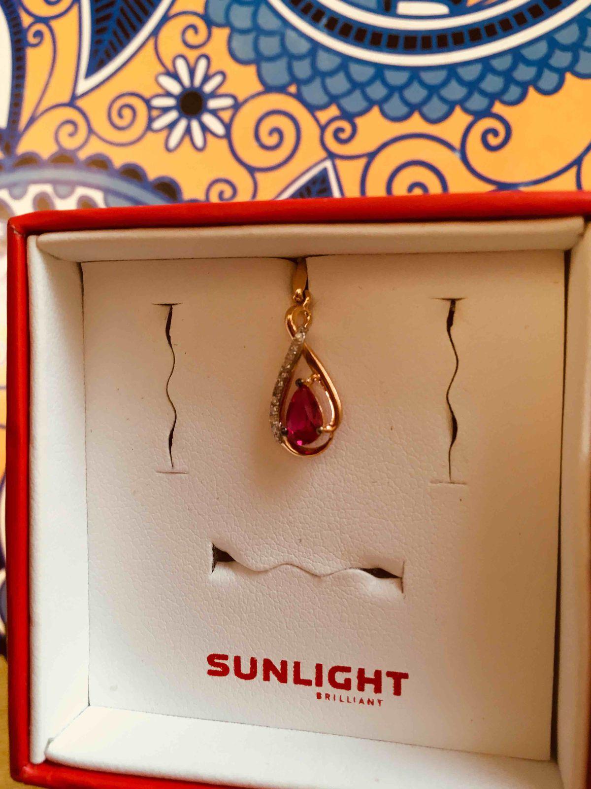 Золотая подвеска с рубином синтетическим и бриллиантами.