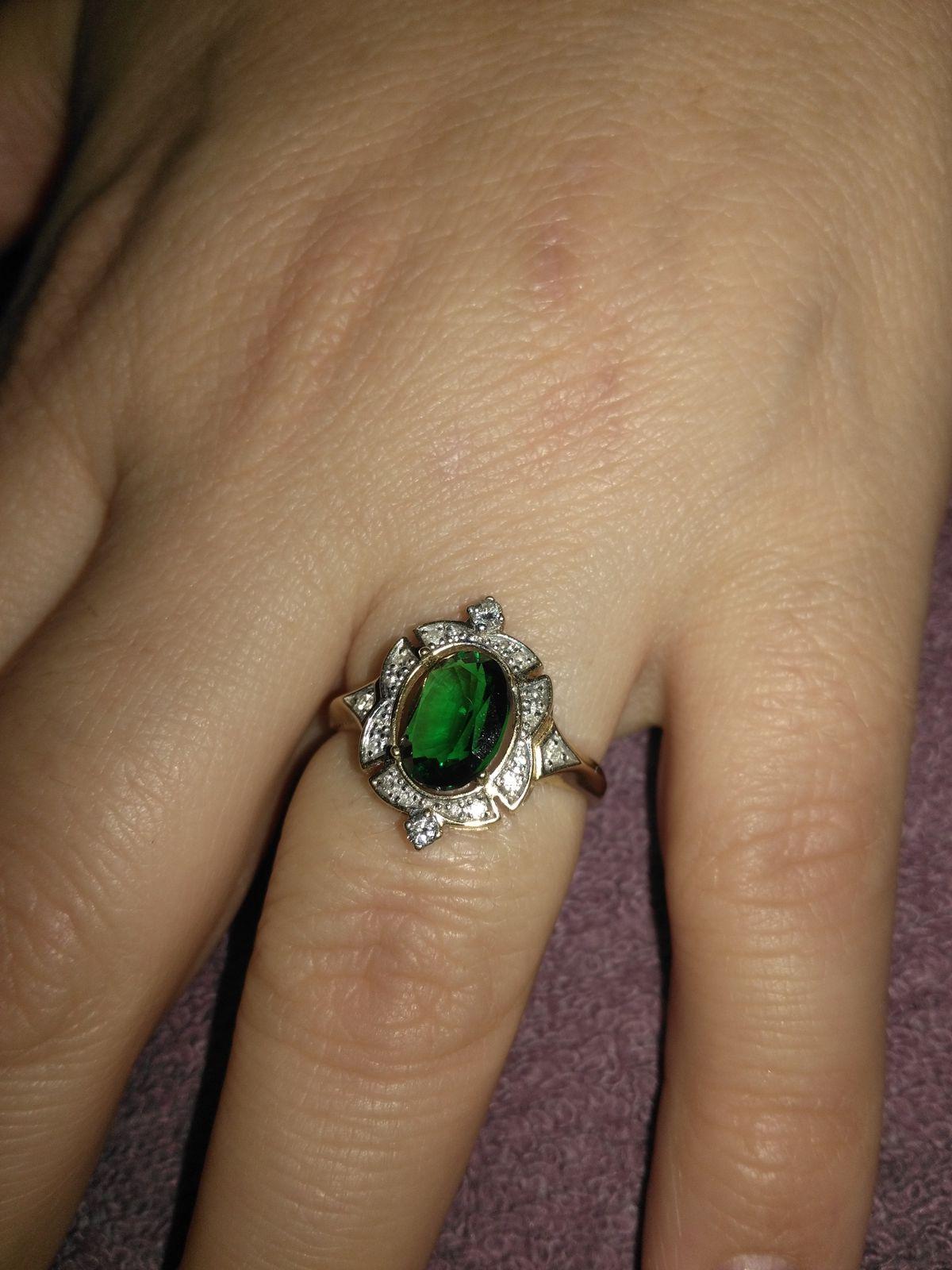 Кольцо очень шикарное.Смотрится на руке элегантно.Подходит к разным нарядам