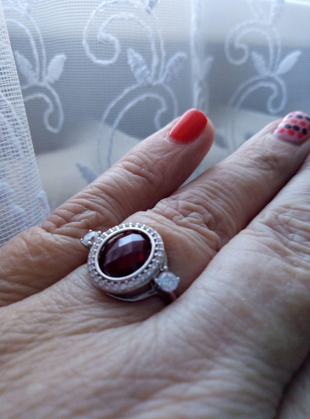 Кольцо с фианитами и рубином.