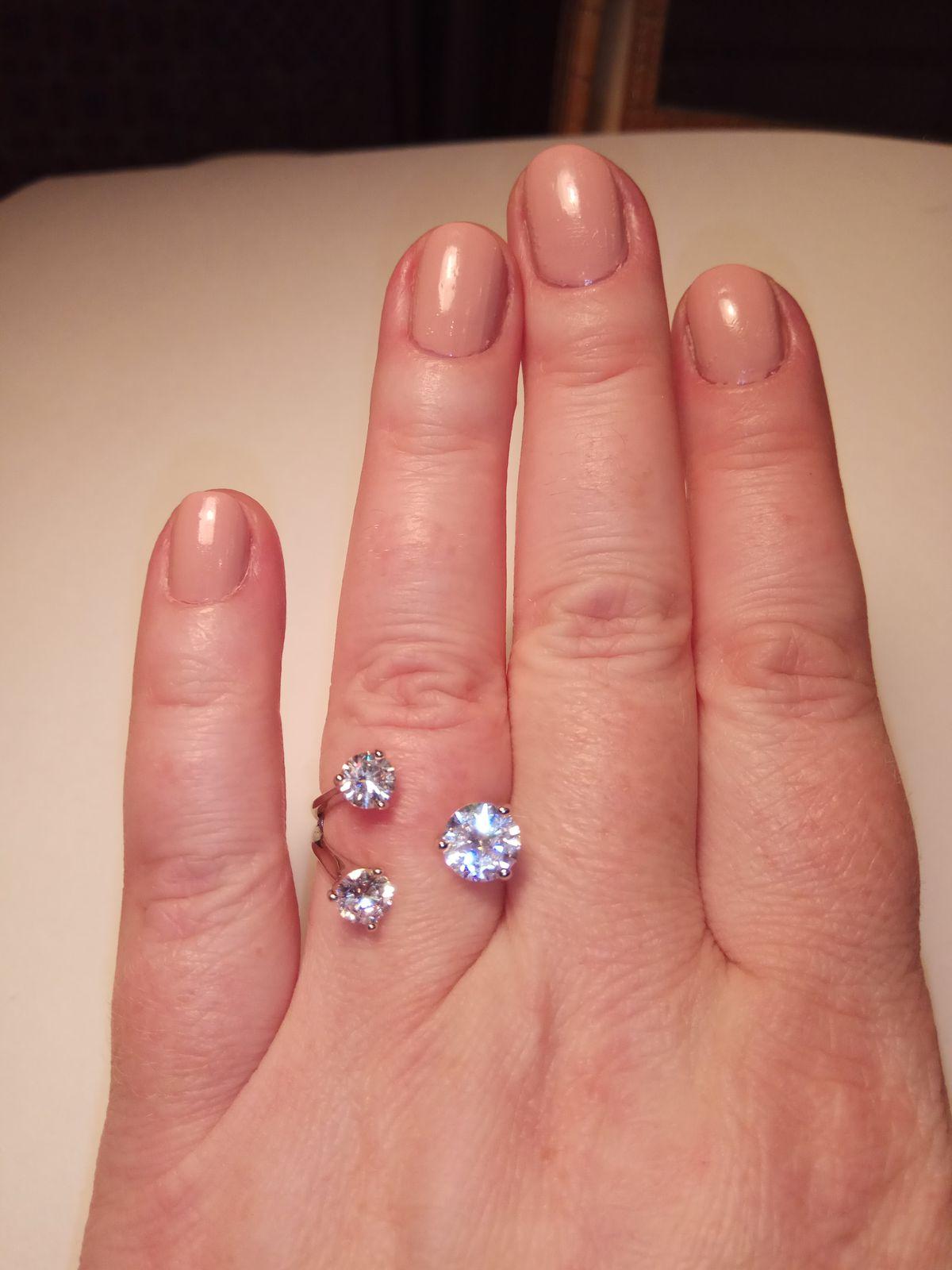 Перстень с тремя, довольно крупными камнями. Купила для праздника.