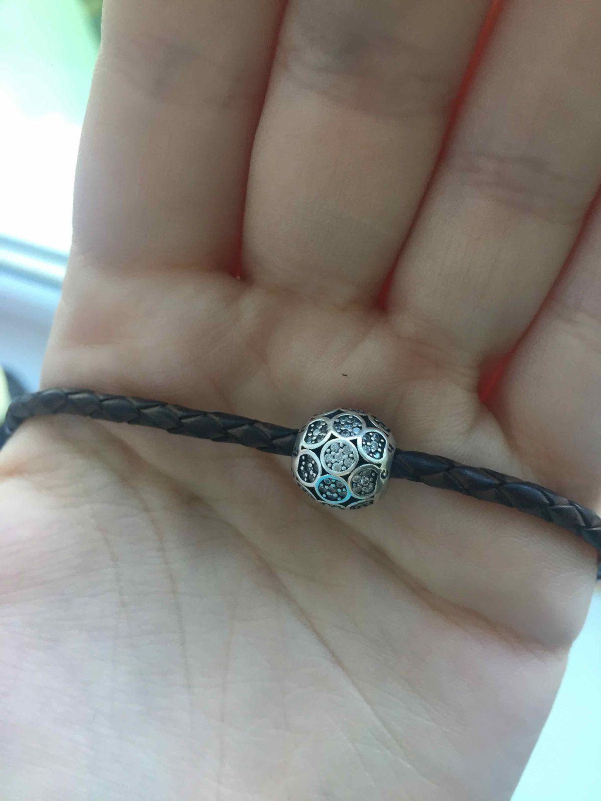 Нежный серебряный шарм с надписью счастье