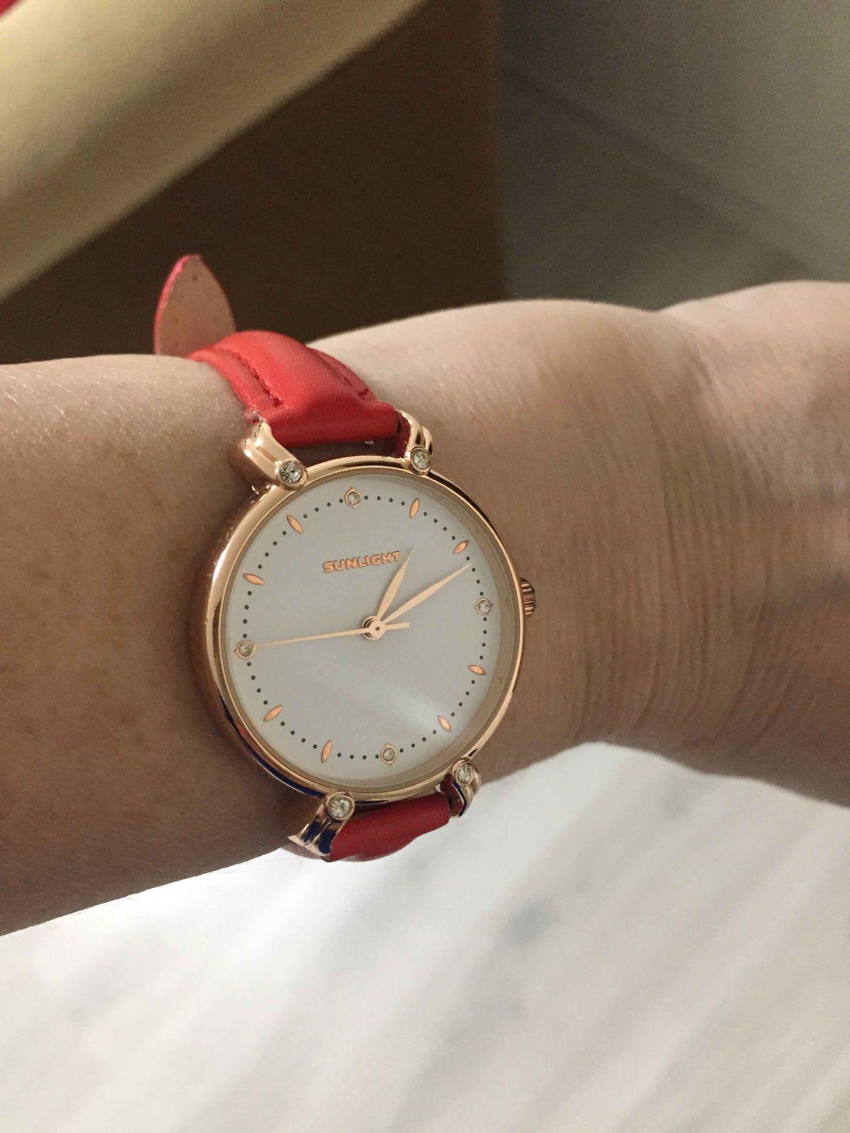 Часы на красном ремешке