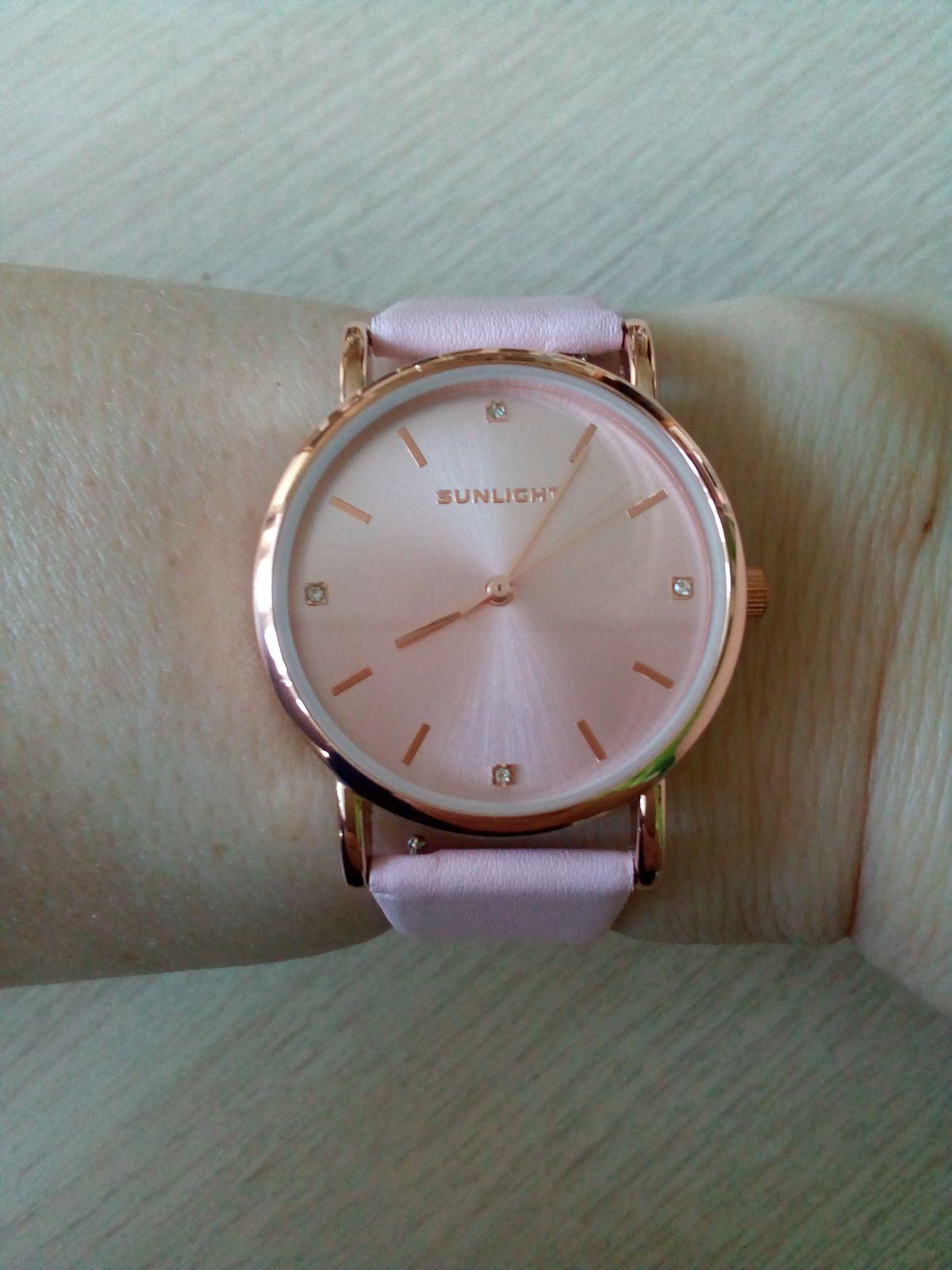 Часы на розовом кожаном браслете
