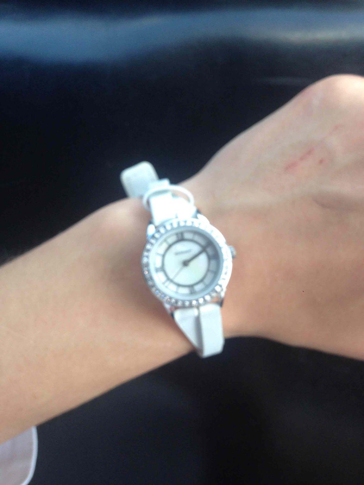 Часы белые, маленькие, с камушекми