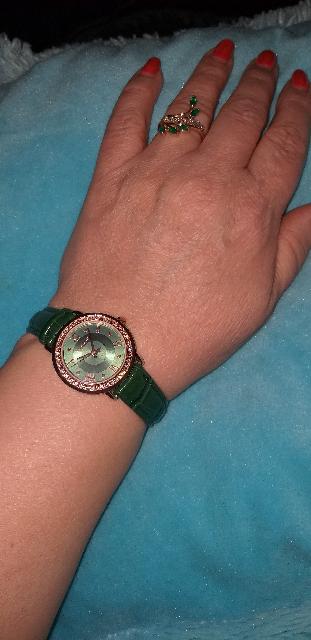 Часы с кристаллами на кожанном ремне.