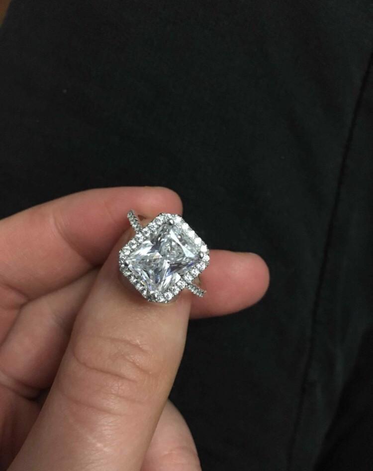 Очень красивое кольцо, блестить на все сто, такое у королевой одной