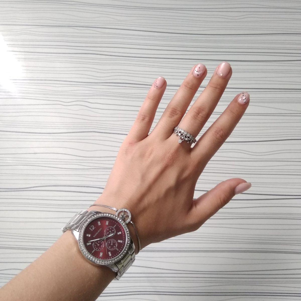 Часы с бардовым циферблатом