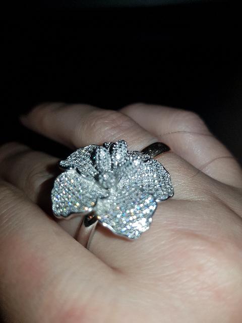 Замечательное серебряное колечко в виде цветка, усыпаное фианитами.