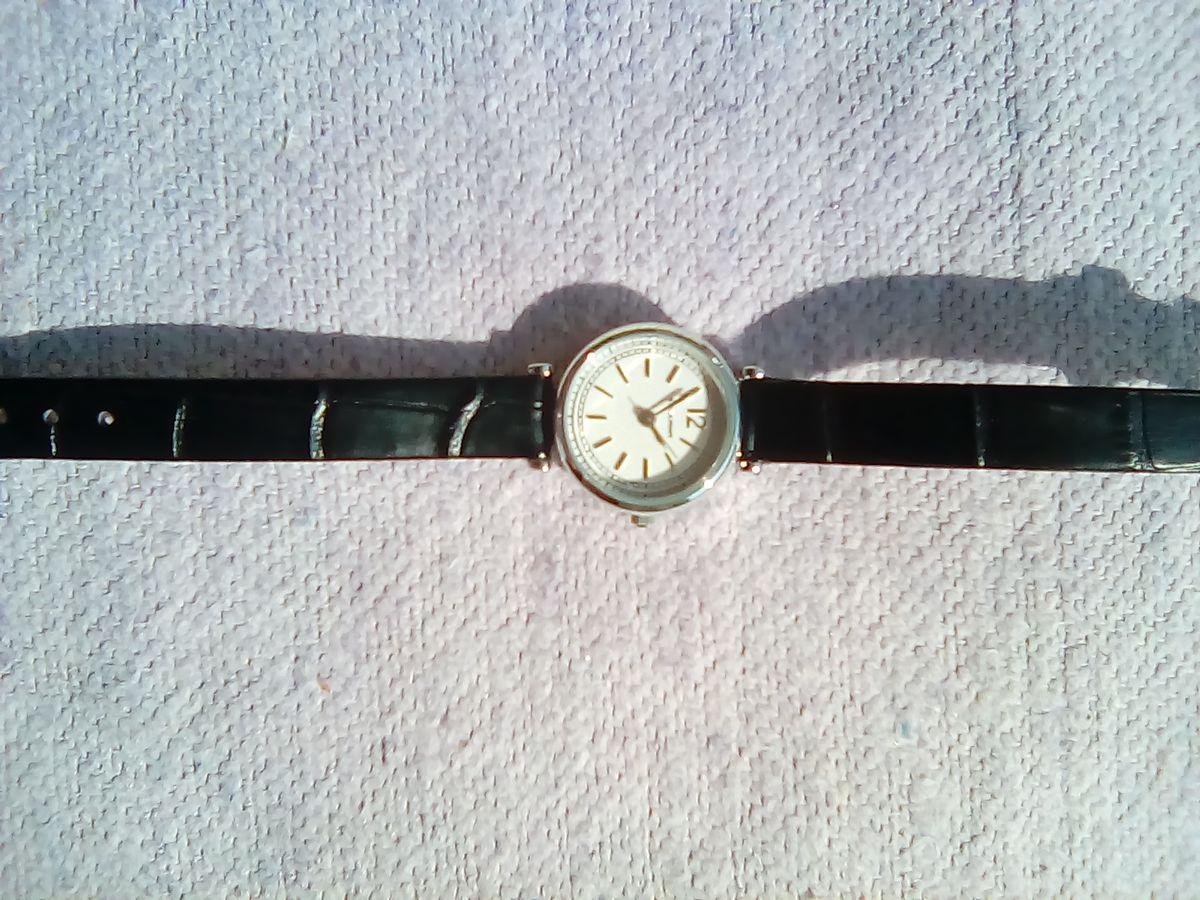 Часы женские на чёрном ремешке.