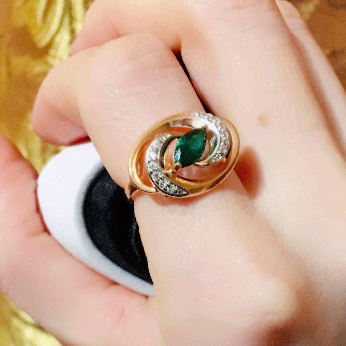 Позолоченное кольцо с изумрудом и фианитами
