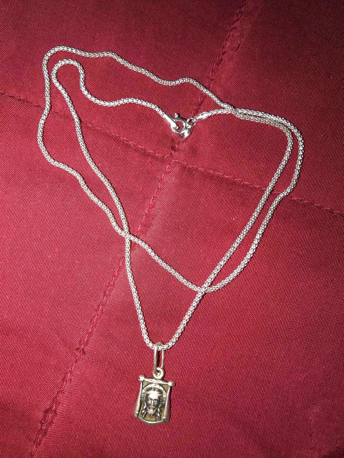 Серебряная цепь с красивым плетением.