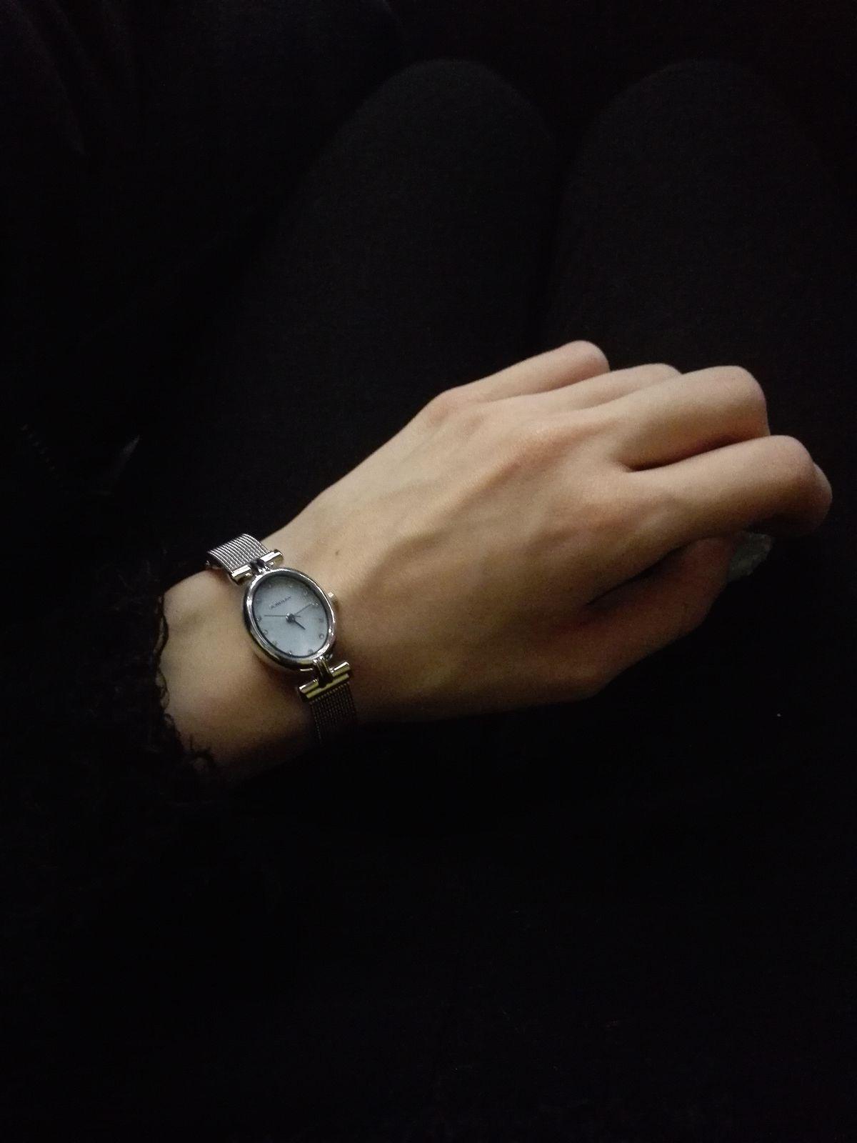 Отличные часы, просто, но со вкусом, шикарно смотрятся на тонкой руке.