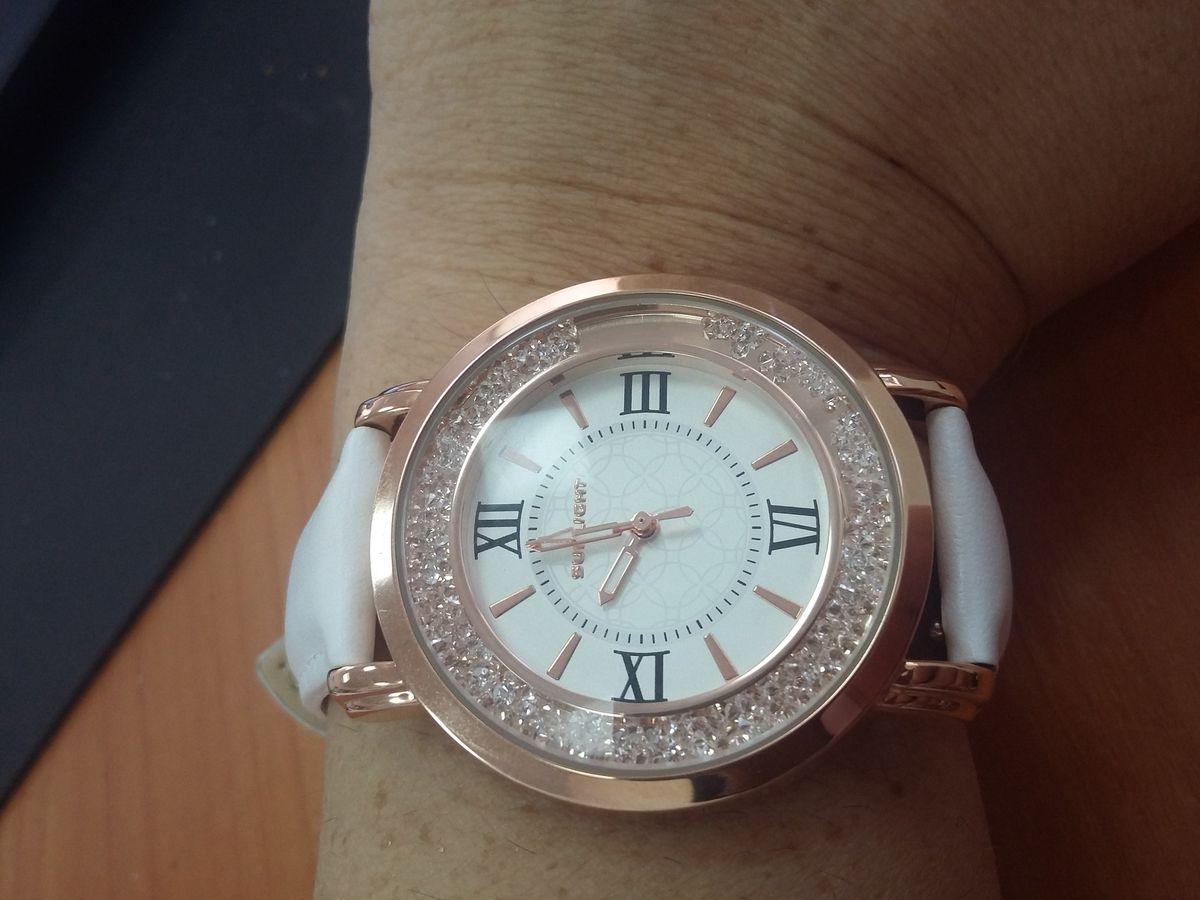 Красивые часы с кристаллами и кожаным ремешком