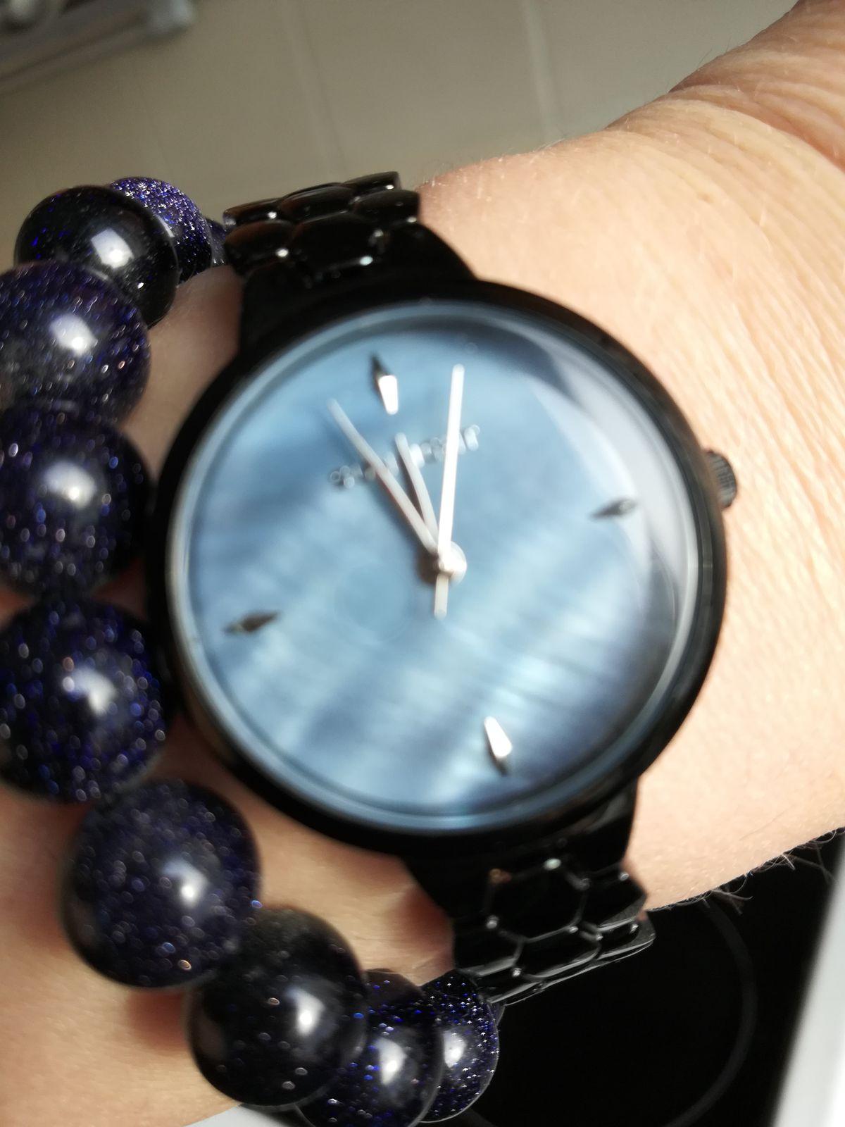 Женские часы с перламутром на черном металлическом браслете
