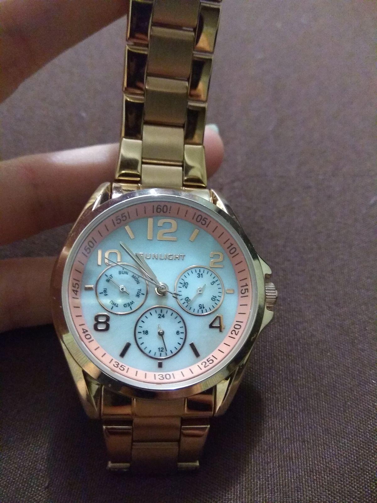 Женские часы с перламутром и календарем на металлическом браслете