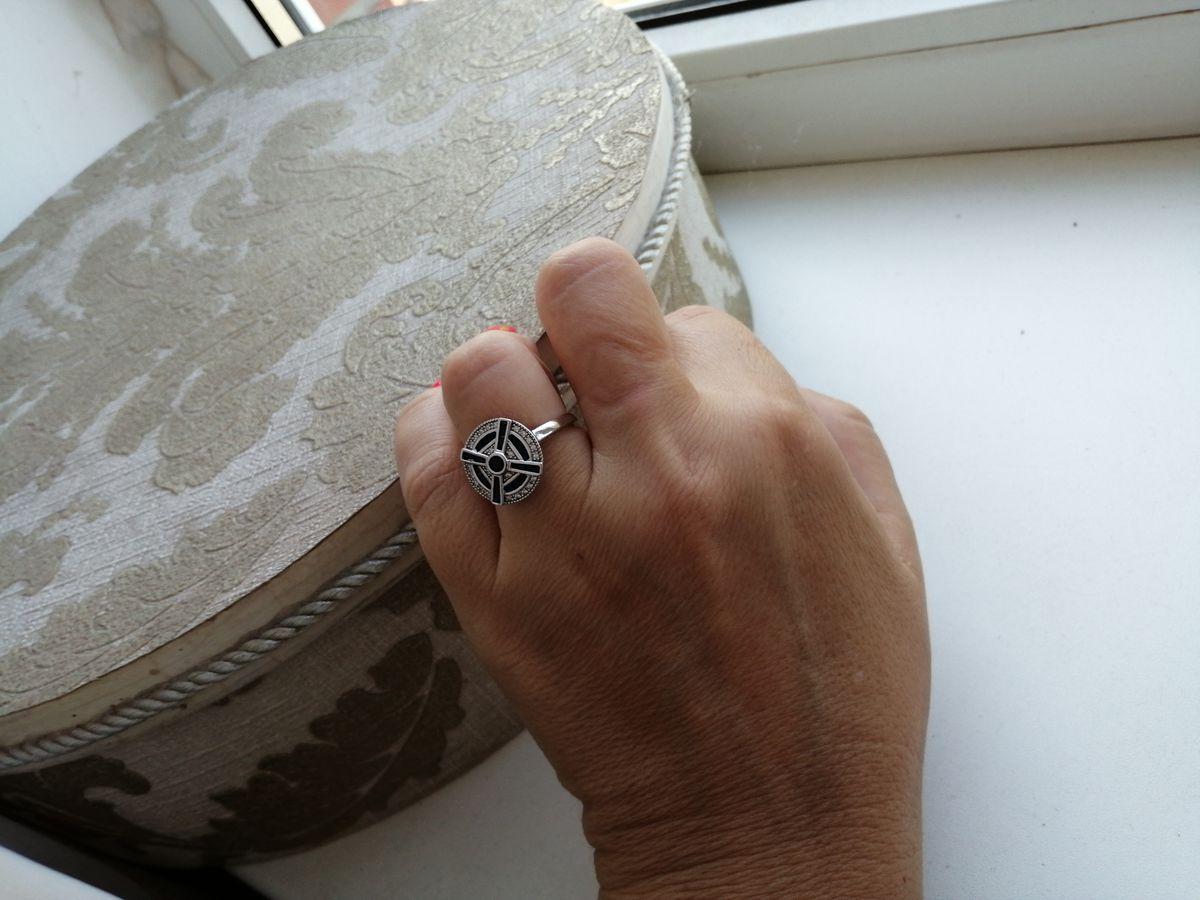 Кольцо с синими камнями.