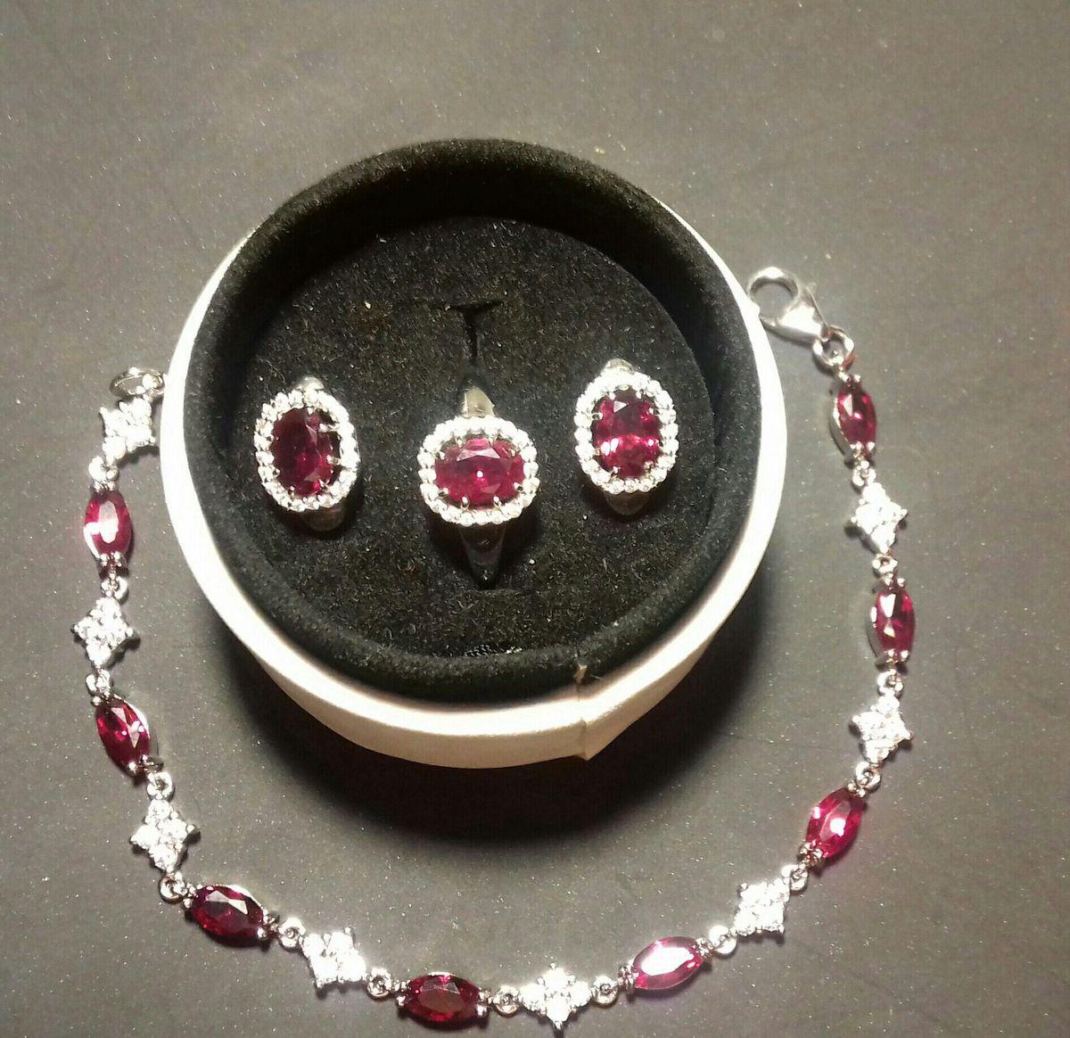 Серебряный браслет с рубиновым корундом и фианитами.