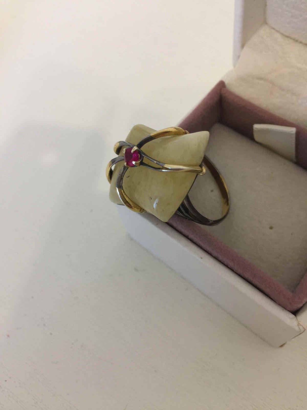 Кольцо с молочным королевским янтарем
